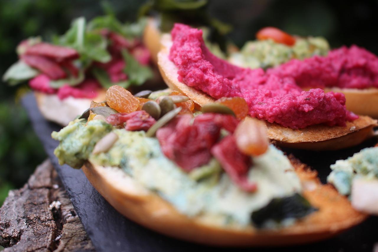 Hummus natur & Pink Hummus mit Gemüsesticks